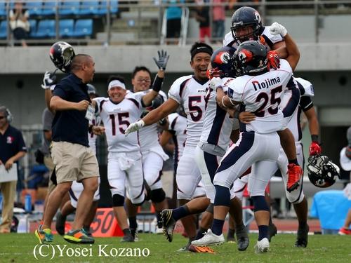 【ノジマ相模原-オービック】延長タイブレークでオービックを破り、抱き合って喜ぶノジマ相模原の選手たち=撮影:Yosei Kozano