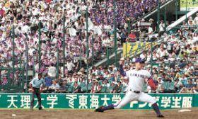 力投する金足農の吉田投手に声援を送るスタンドの応援団=甲子園