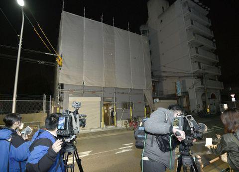 人の頭部が入ったスーツケースが見つかった現場付近に集まった報道陣=24日午後10時32分、大阪市西成区