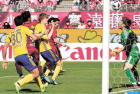 鹿島-仙台 後半20分、左からのCKを板倉(左から3人目)が頭で合わせ2-0とする