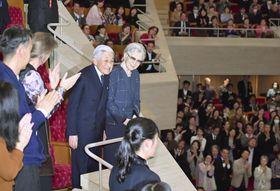 ベルリン・フィルハーモニー管弦楽団の公演会場に到着された上皇ご夫妻=20日夜、東京都港区のサントリーホール(代表撮影)