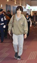 デモが続く香港で逮捕され、釈放後に日本に帰国した井田光さん=20日夜、羽田空港