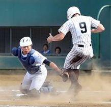 6回、国士舘のスクイズで、佐野日大の捕手・橋浦(左)が本塁タッチアウトを狙うも二走の生還を許す=さいたま市営大宮球場