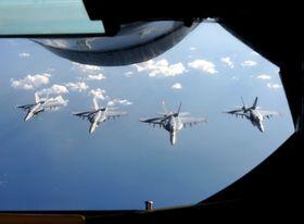 空中給油を終え並んで飛行する米海軍のFA18戦闘攻撃機