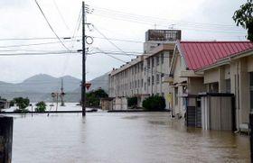 尾坂川の水が流れ出て冠水した笠岡市北川地区=昨年7月7日午前