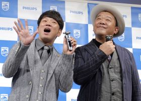 発表会に登場した「TKO」の木本武宏(左)と木下隆行=東京都内