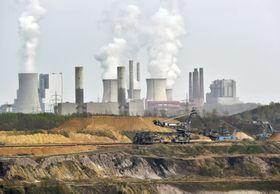 ドイツ西部の石炭採掘場と火力発電所。IPCCは温暖化抑制のため石炭消費を速やかに減らす必要性を指摘=2014年4月(AP=共同)