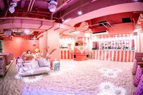 ピンクを基調とした内装や、ビーチを思わせる人工の砂が敷き詰められた「ステム・リゾート ハッピービーチ」=那覇市、ドン・キホーテ内(FND提供)