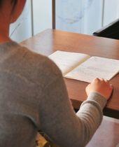 「研修や会議中にも耐えられない眠気に襲われた」と語る女性=2月下旬、大分市