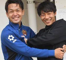 横浜F・マリノスへの移籍が決まり、小松駿太(左)から祝福のハグを受ける中川風希