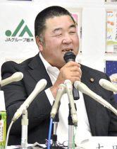 記者会見する「悠紀田」の耕作者の石塚毅男さん=18日午後、宇都宮市