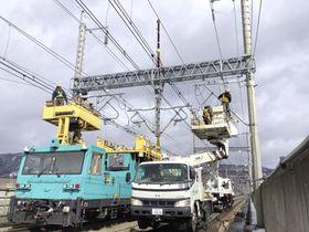 13日の地震で損傷した東北新幹線の福島―白石蔵王間の架線を修理する作業員=19日(JR東日本提供)