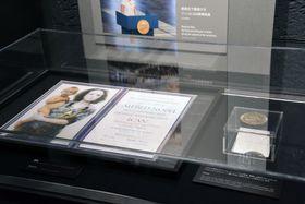 広島市の原爆資料館で一般公開された「ICAN」に贈られたノーベル平和賞のメダルと賞状のレプリカ=22日