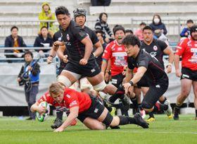 釜石SW-コカ・コーラ 前半8分、釜石SWは新加入のCTBヘルダス・ファンデンボルトが先制のトライを奪う=釜石鵜住居復興スタジアム