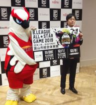 記者会見で写真撮影に応じるバスケットボール男子のBリーグの葦原一正事務局長(右)=23日午後、東京都渋谷区