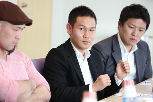 ボクシングへの熱い思いを語る高山さん(中央)の話に耳を傾ける総合格闘技の川村さん(左)とドラゴンボートの樋口さん=17日、汐留、撮影:Yosei Kozano