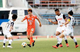 【愛媛FC―水戸】前半立ち上がり、水戸のプレッシャーに苦しむ愛媛FC・竹嶋(25)=ニンスタ