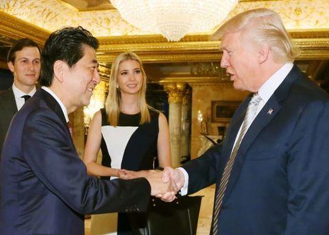 2016年11月の初会談前、握手を交わす安倍首相(左)と当時のトランプ次期大統領=ニューヨークのトランプタワー