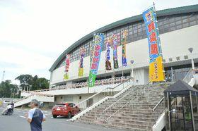 会場の八戸市体育館では力士のしこ名が書かれた多くののぼりが立ち、着々と準備が進んでいる=14日、八戸市