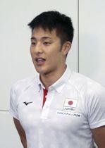 世界選手権への出発前に意気込みを語る競泳の瀬戸大也=17日、羽田空港