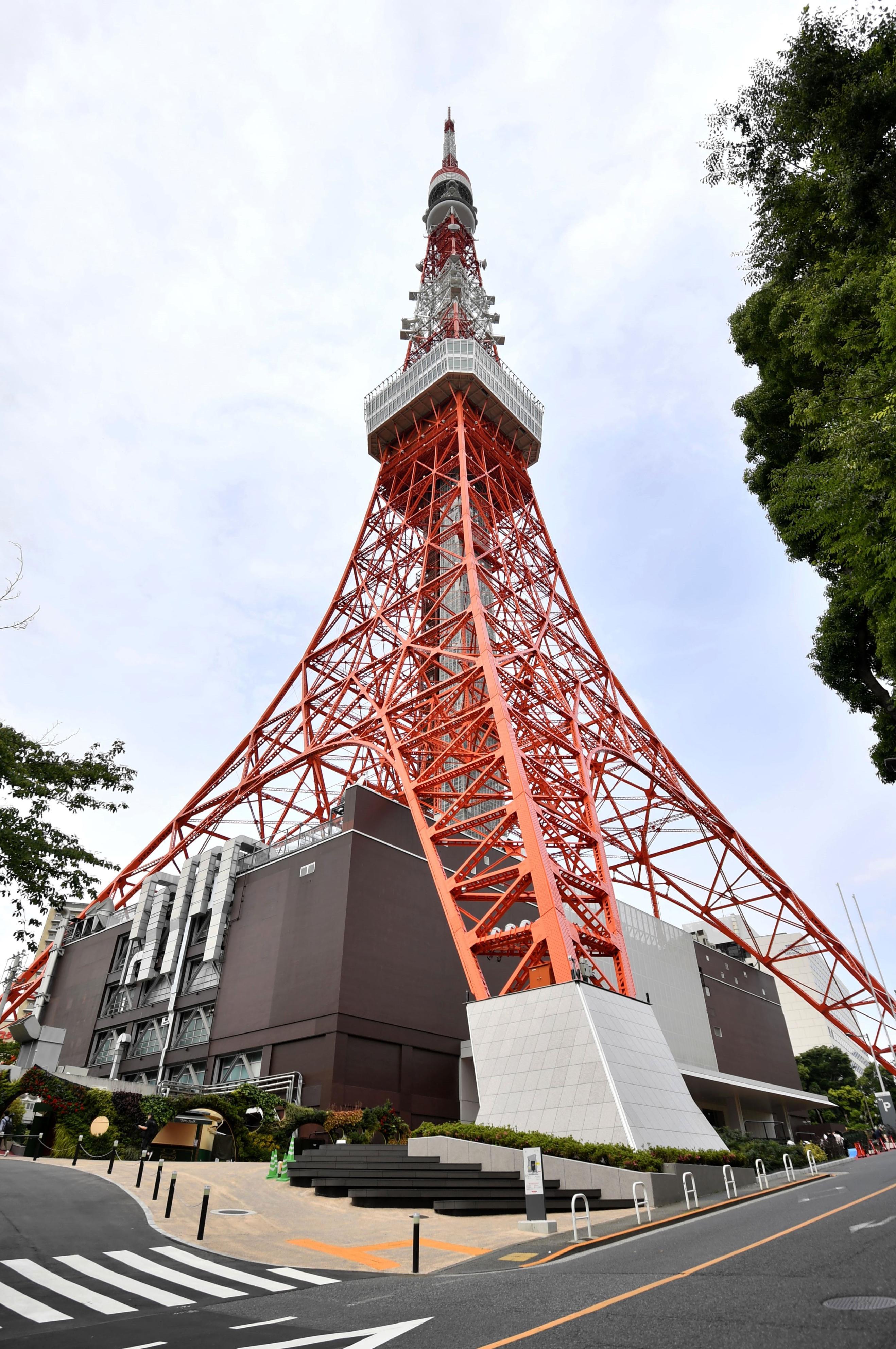 展望台の営業を再開した東京タワー=28日午前、東京都港区