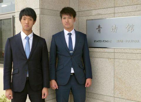 球団施設の見学に訪れたオリックスの田嶋(左)と鈴木=16日午後、大阪市