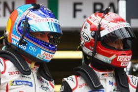 トヨタの中嶋一貴(右)、左はフェルナンド・アロンソ=13日、ルマンのサルテ・サーキット(ゲッテイ=共同)