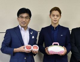 福島市の木幡浩市長(左)を訪問し、記念写真に納まる窪田正孝さん=23日、福島市役所