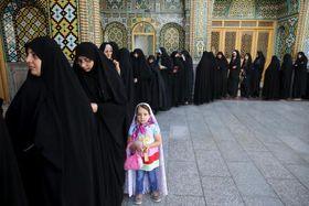イラン大統領選の投票のため列を作る女性たち=19日、イラン中部コム(AP=共同)