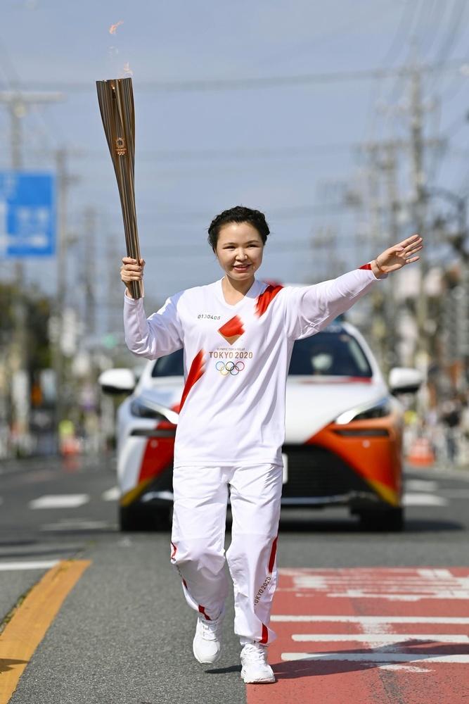 聖火ランナーを務めたモンゴル人技能実習生のルハグワドルジ・ナンデンエルデネさん=6日午後、愛知県安城市