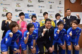亀田市長にJ1昇格を誓ったオルカ鴨川の山崎新監督(前列中央)と選手ら=13日、鴨川市役所