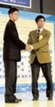 対戦が決まり握手する静岡学園の阿部主将(左)と岡山学芸館の大山主将=都内