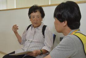 行政職員に仮設住宅の申し込み方法を尋ねる住民(左)=23日午後2時15分ごろ、宇和島市吉田町東小路