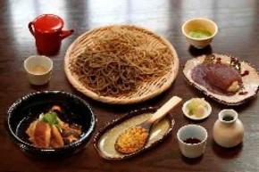 1800円のコース料理。手前中央が「そば焼き味噌」。同左から時計回りに、「そばがき治部煮」「そば湯スペシャル」「せいろと田舎の合盛」、抹茶、「そばがきしるこ」