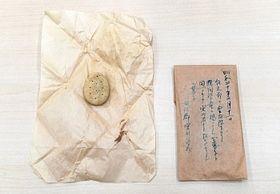 諏訪郡宮川学校と記された封筒(右)と中に入っていたビスケット