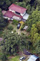 夫婦が死亡しているのが見つかった住宅=23日午後、茨城県境町(共同通信社ヘリから)
