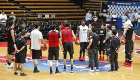 調整するバスケットボール男子日本代表=9月16日、大田区総合体育館