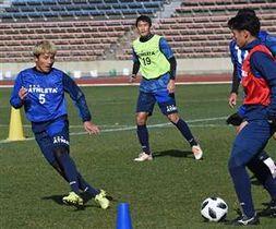 富山戦に向けてトレーニングに汗を流す秋田の選手たち=秋田市八橋陸上競技場