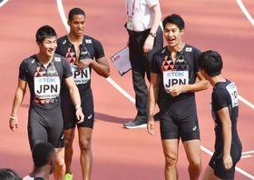 男子400メートルリレーで決勝進出を決め、笑顔の(左から)桐生、ケンブリッジ、飯塚、多田=ロンドン(共同)