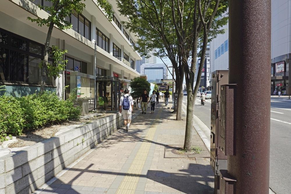 2011年の憲法記念日に、飯島さんが高校生の集団と遭遇した広島東郵便局前の歩道=8月5日、広島市南区(撮影・竹田昌弘)