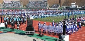 開会式で入場行進する岡山県(右手前)と岡山市の選手団=福井県営陸上競技場
