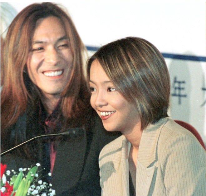 結婚・妊娠発表後初のコンサートを控え、小室哲哉さん(左)と記者会見する安室奈美恵さん=1997年11月12日午後、北京市内のホテル(共同)