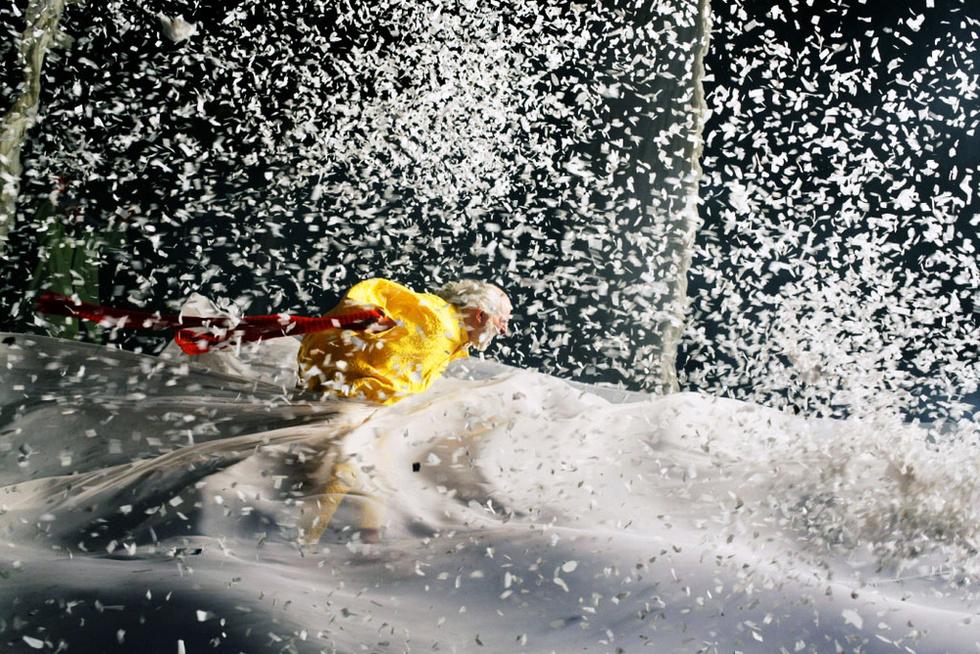 ビチェスラフ・ポルーニンが「スノーショー」で演じるクラウンのアシシャイ。クライマックスの猛吹雪の一場面(撮影・V・ミシュコフ、共同)