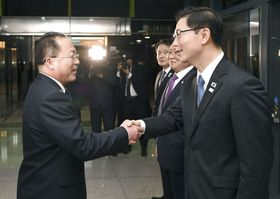 南北次官級協議を終え握手する北朝鮮の祖国平和統一委員会のチョン・ジョンス副委員長(左)と韓国統一省の千海成次官=17日、板門店(韓国統一省提供・共同)