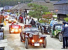 8年ぶりに本県開催され、大内宿にずらりと並ぶクラシックカー=19日午後、下郷町