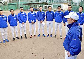 木村監督(右)から東北推薦選出の知らせを受ける選手たち=13日午後3時15分ごろ、いわき市・磐城高