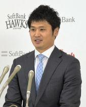 契約更改交渉を終え、記者会見するソフトバンク・中田=7日、ヤフオクドーム