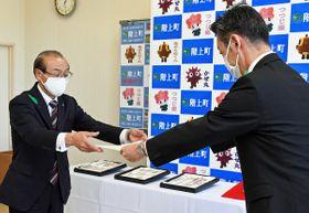 稲葉課長(右)から県重宝指定書を受け取る浜谷町長