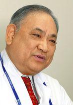 人工透析治療について話す春日井市民病院の渡辺有三院長=愛知県春日井市の同院で