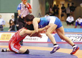 女子68キロ級決勝関千晶(左)を破り優勝した渡利璃穏=駒沢体育館で